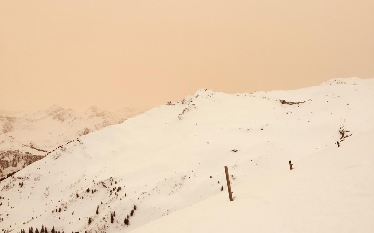 Schweizer Berge im Saharastaub